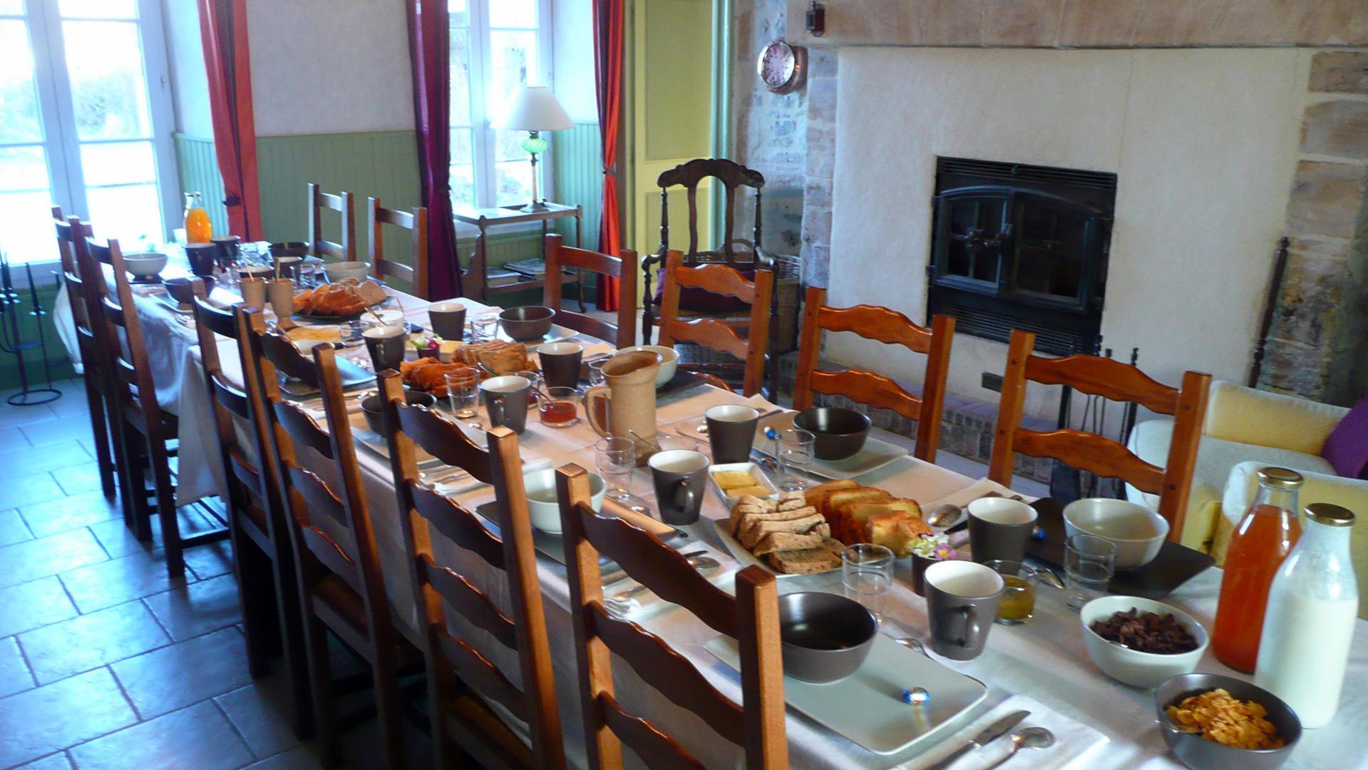 Petit déjeuner dans la maison d'hôtes