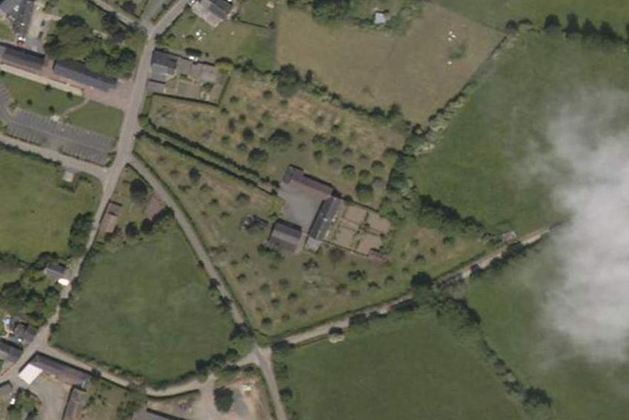 La maison, au centre, entourée de ses pommiers