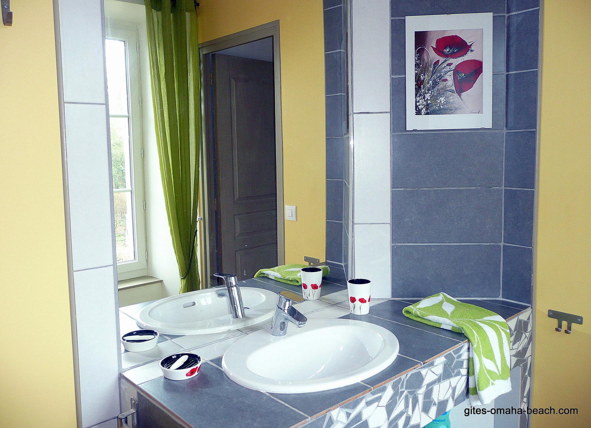 """Salle d'eau de la chambre """"Au jardin, avec Van Gogh"""""""